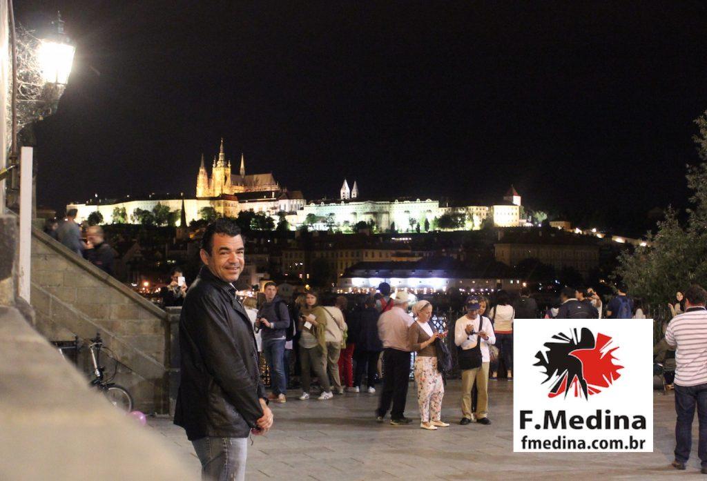 Imagem para MDC - Chico em Praga castelo ao fundo